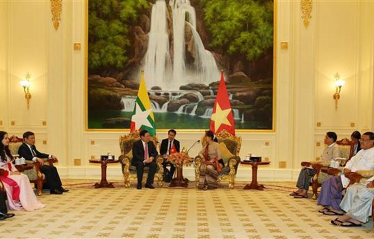 Phó Thủ tướng Chính phủ Vương Đình Huệ chào Cố vấn Nhà nước Myanmar Daw Aung San Suu Kyi. (Ảnh: Hữu Kiên/TTXVN)