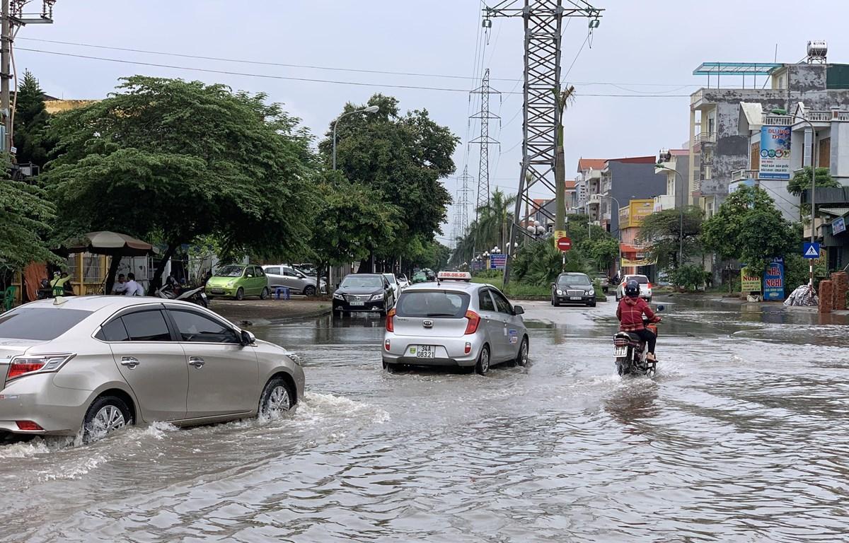 Tuyến đường ngập nặng gây cản trở việc đi lại của người dân khi tham gia giao thông. (Ảnh: Hiền Anh/TTXVN)