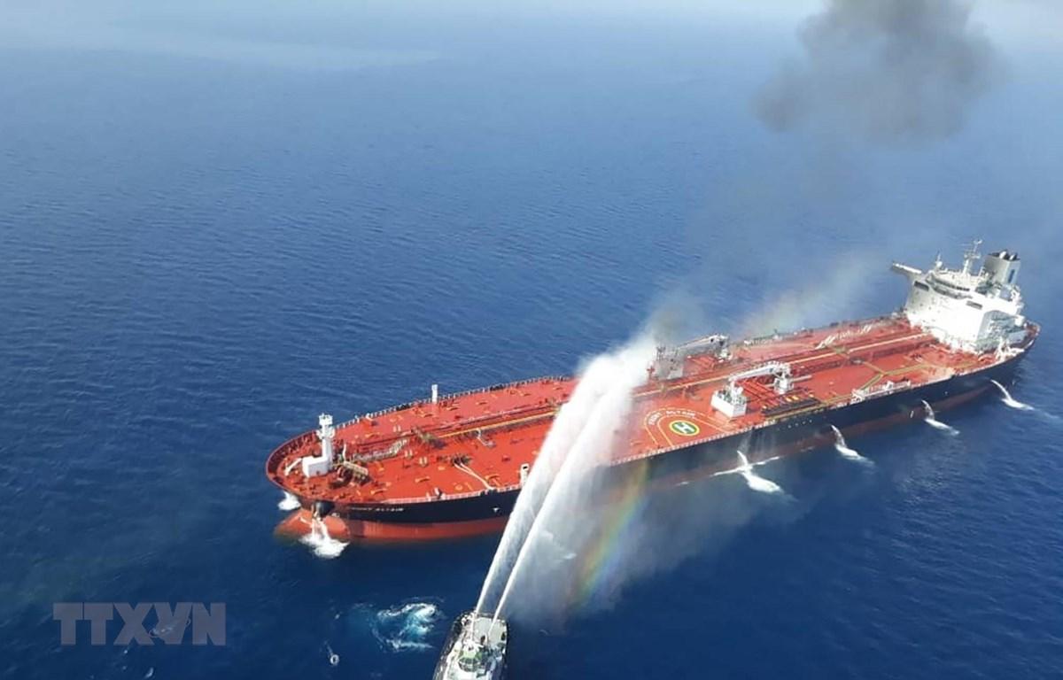 Tàu của hải quân Iran nỗ lực khống chế đám cháy trên tàu Front Altair của hãng tàu biển Frontline của Na Uy, tại Vịnh Oman ngày 13/6/2019. (Ảnh: AFP/TTXVN)