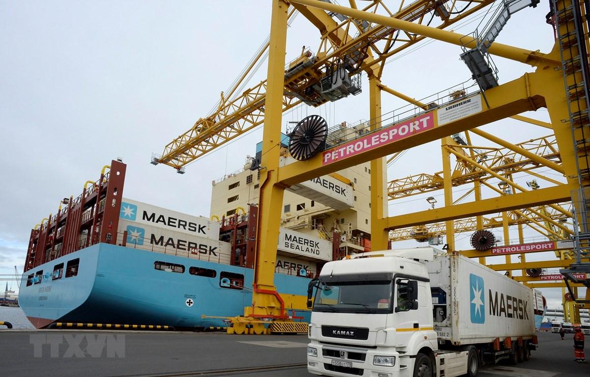 Vận chuyển hàng hóa tại cảng ở Saint Petersburg, Nga ngày 28/9/2018. (Ảnh: AFP/TTXVN)