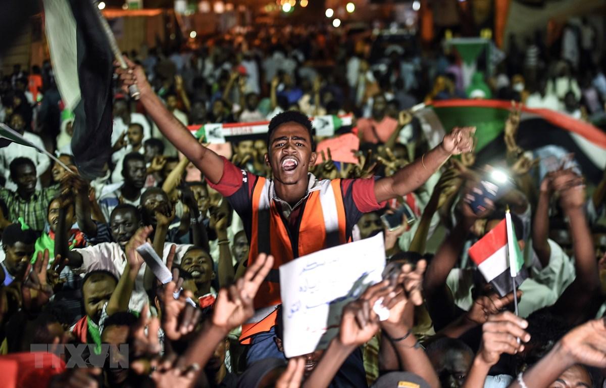 Người biểu tình tập trung tại thủ đô Khartoum, Sudan ngày 19/5/2019. (Ảnh: AFP/ TTXVN)