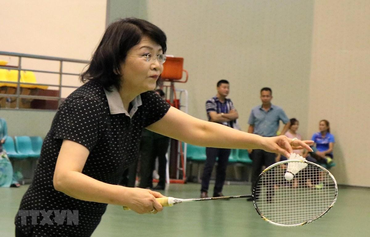 Phó Chủ tịch nước Đặng Thị Ngọc Thịnh tham gia thi đấu giao hữu môn cầu lông. (Ảnh: Diệp Trương-TTXVN)