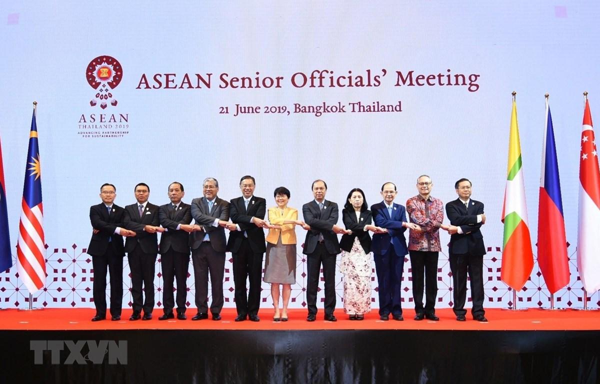 Các quan chức cao cấp ASEAN chụp ảnh chung. (Ảnh: TTXVN)