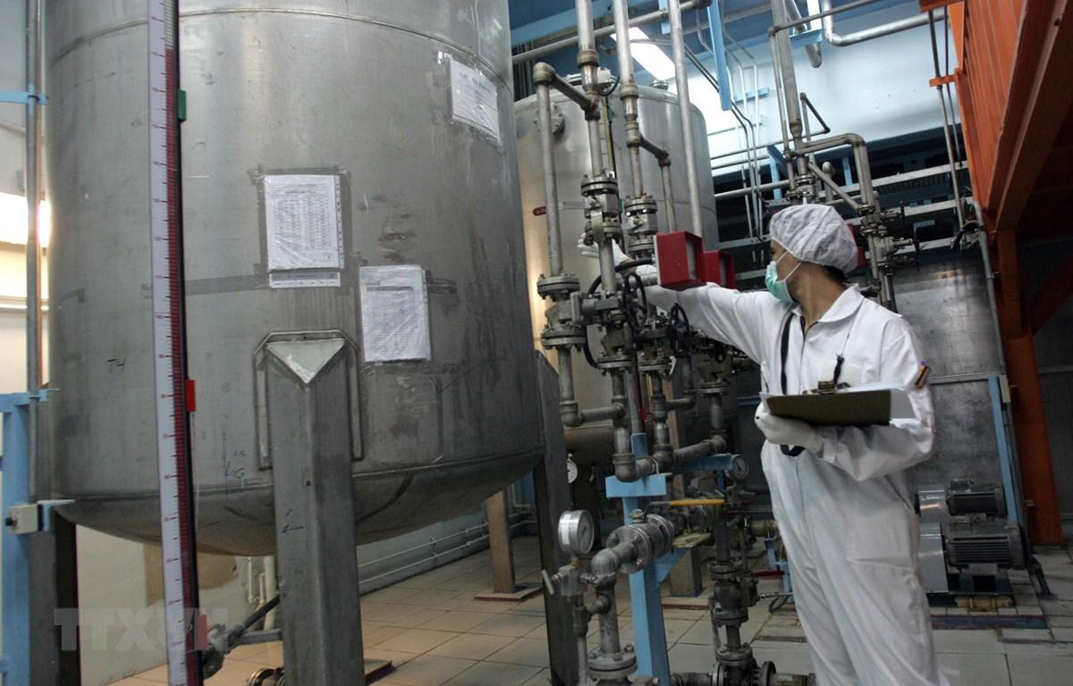 Kỹ thuật viên làm việc trong cơ sở làm giàu urani Isfahan, cách thủ đô Tehran của Iran 420km về phía nam. (Ảnh: AFP/TTXVN)