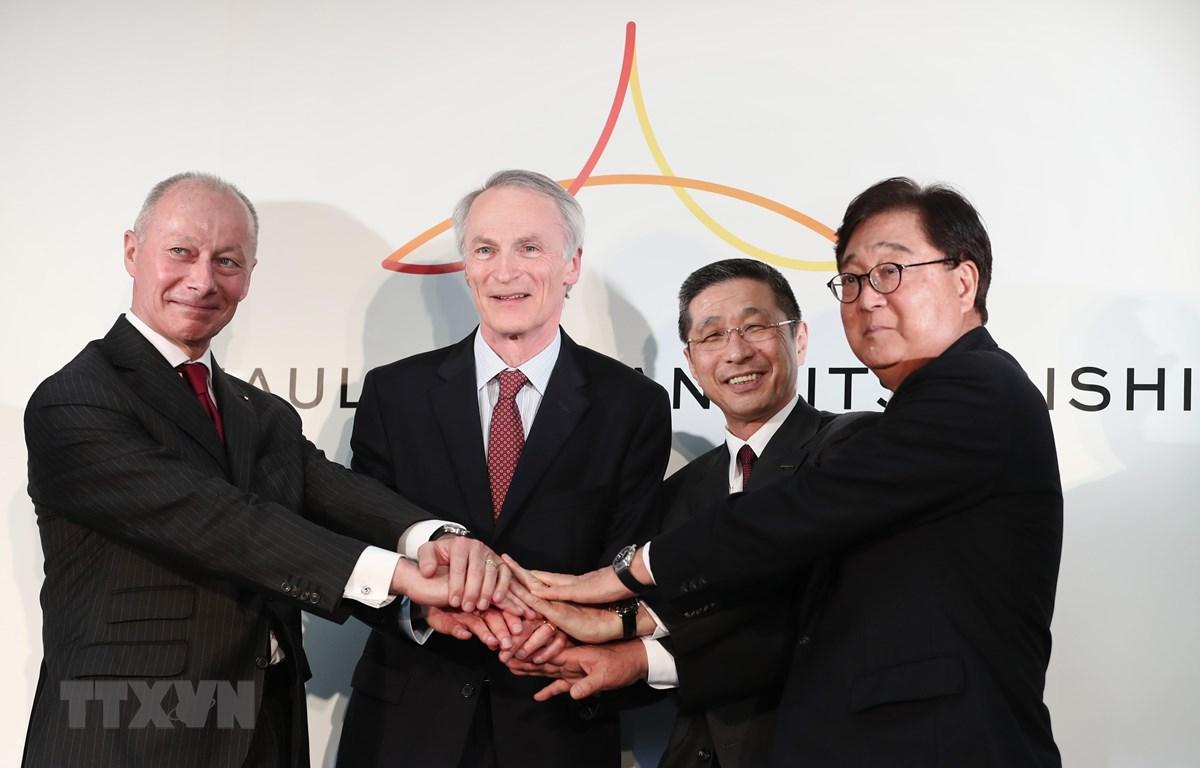 Từ trái sang: Giám đốc điều hành Renault Bollore, Chủ tịch Renault Jean-Dominique Senard, Chủ tịch kiêm Giám đốc điều hành Nissan Motors Hiroto Saikawa và Chủ tịch kiêm Giám đốc điều hành Mitsubishi Motors Osamu Masuko. (Ảnh: AFP/ TTXVN)