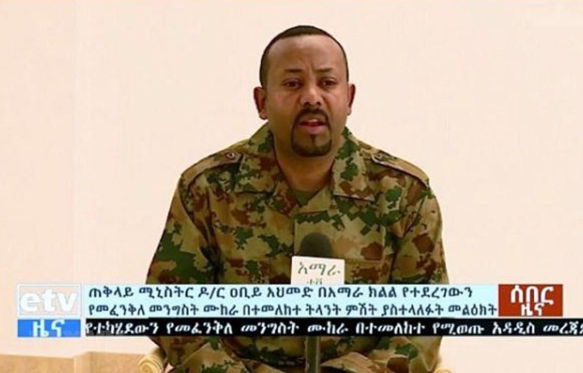 Thủ tướng Ethiopia Abiy Ahmed phát biểu trên truyền hình sau vụ âm mưu đảo chính ở vùng Amhara. (Ảnh: AFP/TTXVN)