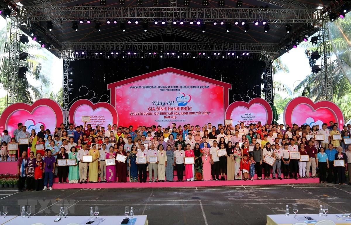 Phó Bí thư Thành ủy Thành phố Hồ Chí Minh Võ Thị Dung cùng các đại biểu và gia đình văn hóa, hạnh phúc tiêu biểu năm 2019. (Ảnh: Thanh Vũ/TTXVN)