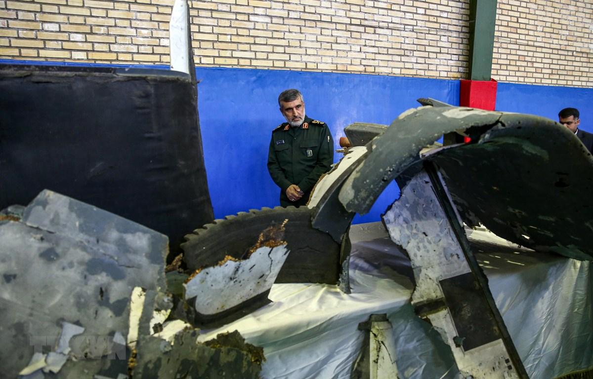 Mảnh vỡ chiếc máy bay không người lái RQ-4A Global Hawk của Mỹ bị hệ thống phòng không Iran bắn hạ ngày 20/6. (Ảnh: AFP/TTXVN)