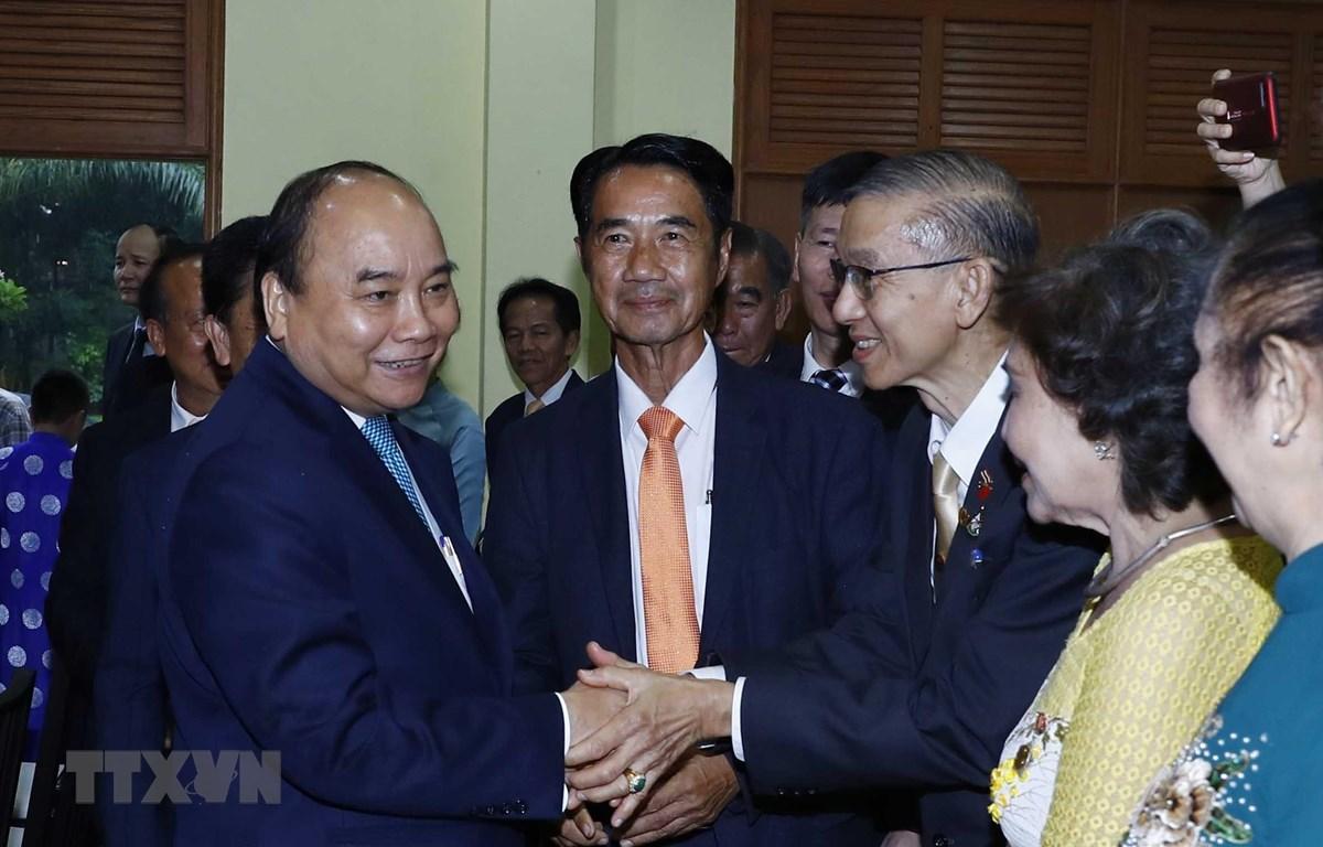 Thủ tướng Nguyễn Xuân Phúc thăm và nói chuyện với cán bộ nhân viên Đại sứ quán và cộng đồng người Việt Nam tại Thái Lan. (Ảnh: Thống Nhất -TTXVN)