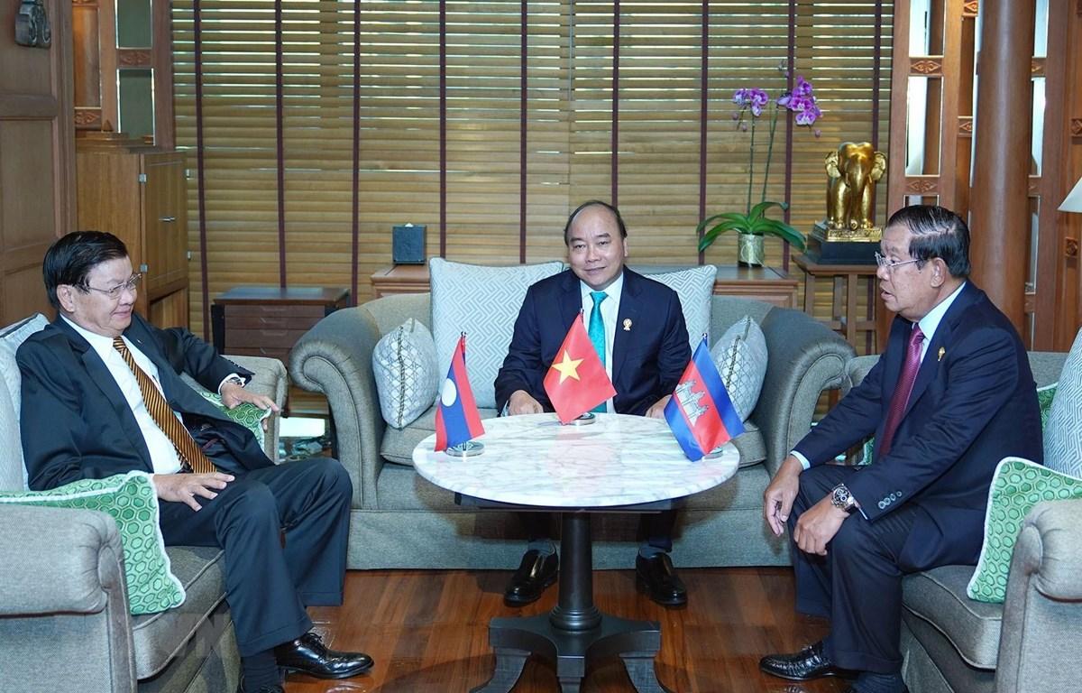 Thủ tướng Nguyễn Xuân Phúc gặp Thủ tướng Lào Thongloun Sisoulith, Thủ tướng Campuchia Samdech Techo Hun Sen. (Ảnh: Thống Nhất/TTXVN)