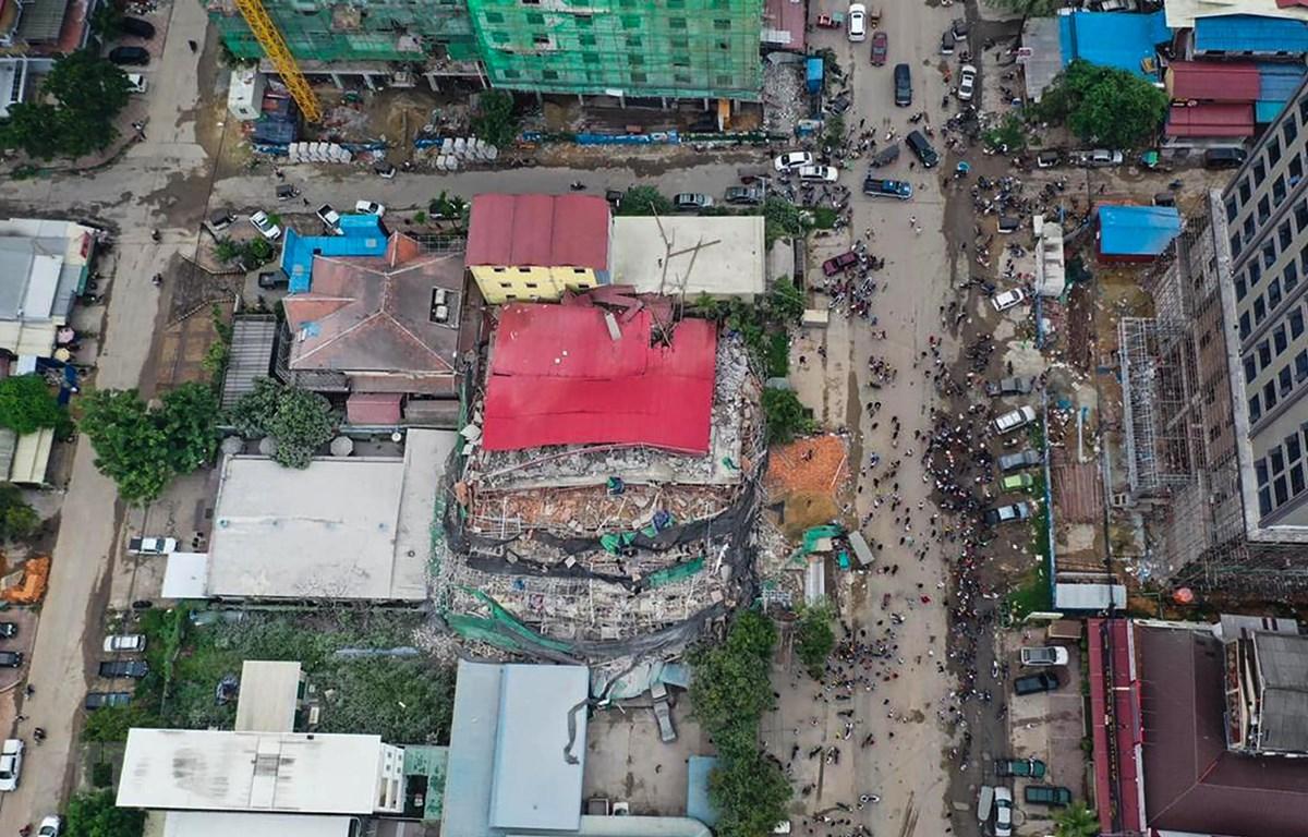 Hiện trường tòa nhà 7 tầng bị sập ở tỉnh Preah Sihanouk, miền Nam Campuchia ngày 22/6/2019. (Ảnh: AFP/TTXVN)