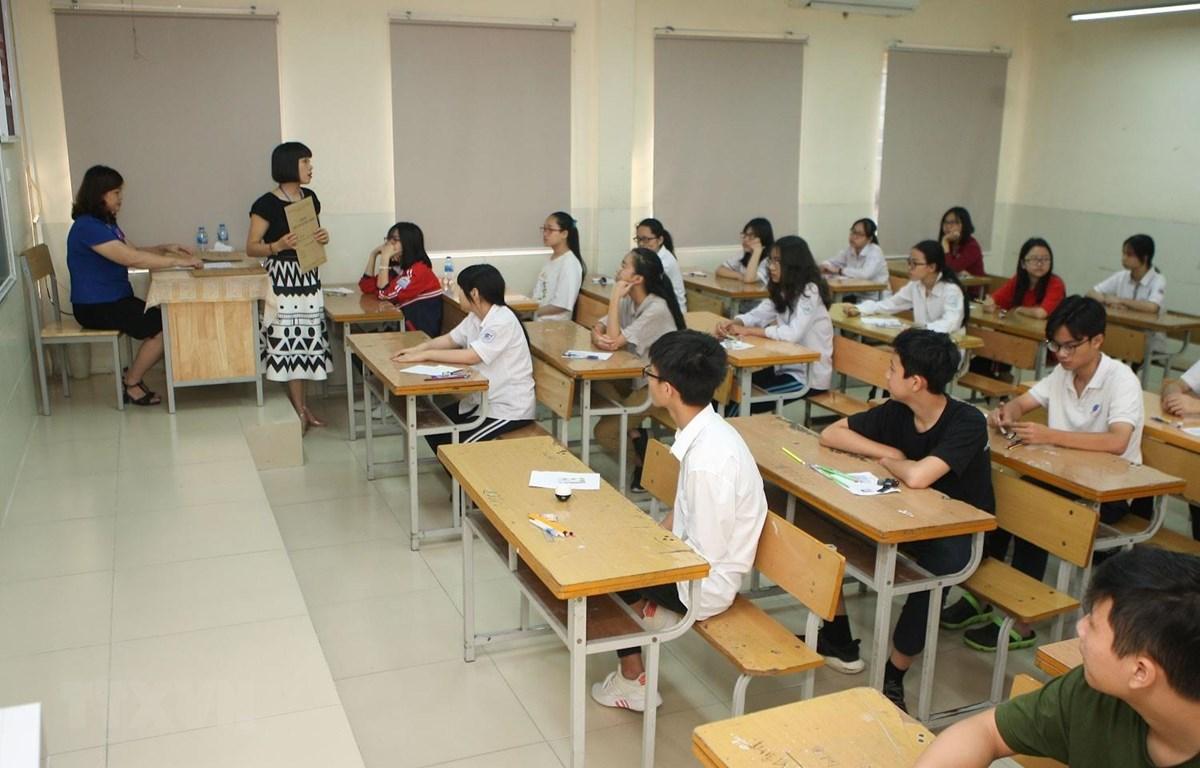 Các thí sinh thi tại điểm thi trường THCS Dịch Vọng. (Ảnh: Thanh Tùng/TTXVN)