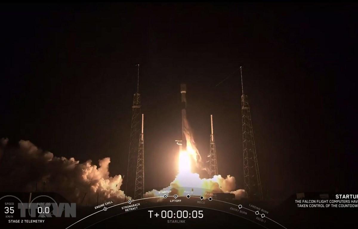 Tên lửa Falcon 9 mang theo 60 vệ tinh trong dự án Starlink của SpaceX rời bệ phóng ở bang Florida, Mỹ ngày 23/5/2019. Ảnh minh họa. (Nguồn: AFP/TTXVN)