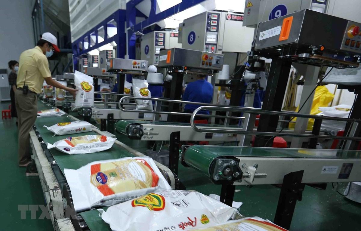 Đóng gói sản phẩm gạo xuất khẩu tại nhà máy của Công ty Cổ phần Nông nghiệp công nghệ cao Trung An, quận Thốt Nốt, thành phố Cần Thơ. (Ảnh: Vũ Sinh/TTXVN)