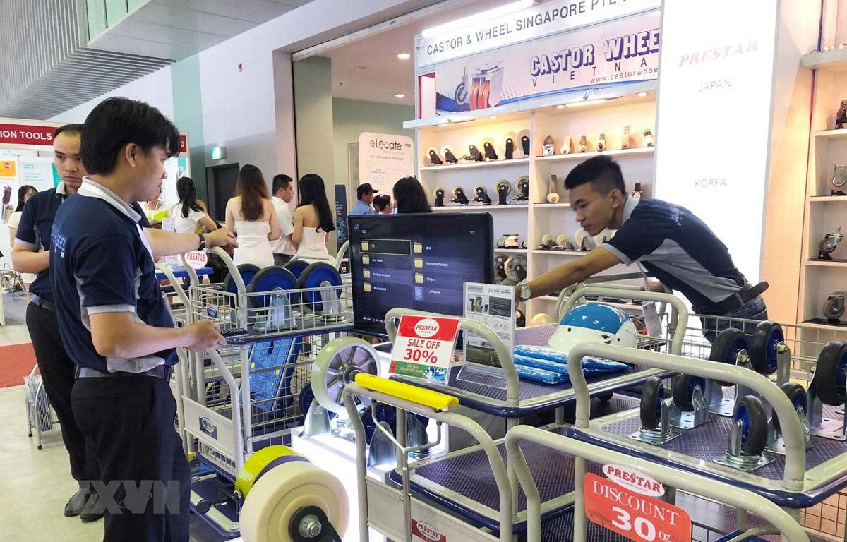 Khách tham quan các gian hàng tại triển lãm MTA Vietnam 2019. (Ảnh: Mỹ Phương/TTXVN)