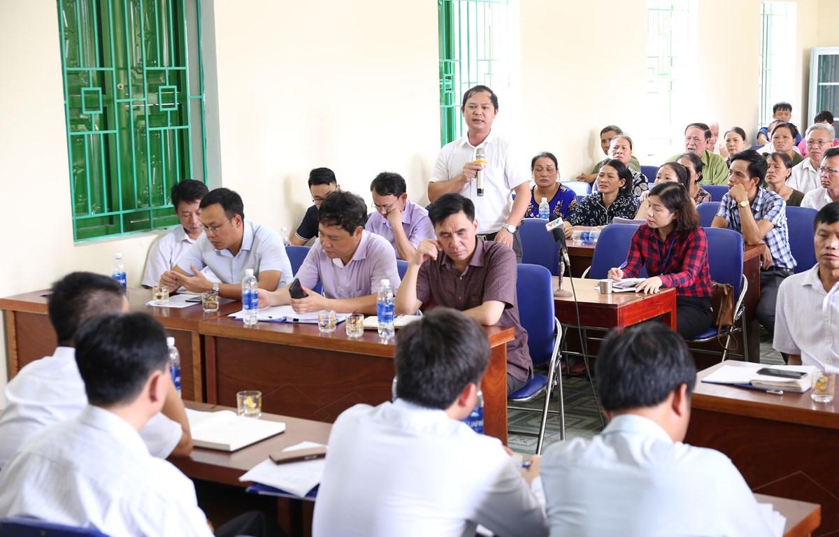 Đại diện người dân chất vấn chính quyền và ngành chức năng tại buổi đối thoại. (Ảnh Mạnh Khánh/TTXVN)