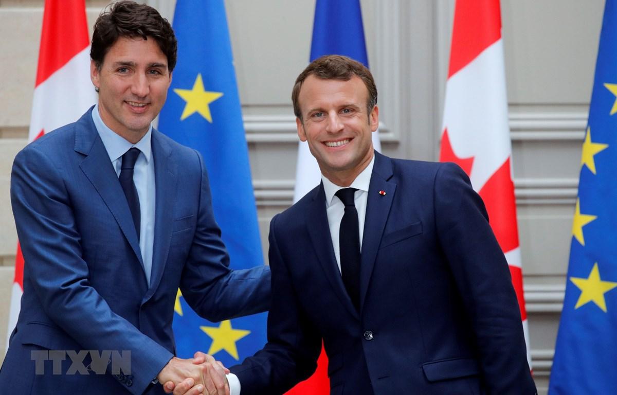 Tổng thống Pháp Emmanuel Macron (phải) và Thủ tướng Canada Justin Trudeau trong cuộc gặp tại Paris (Pháp) ngày 7/6/2019. (Ảnh: AFP/TTXVN)