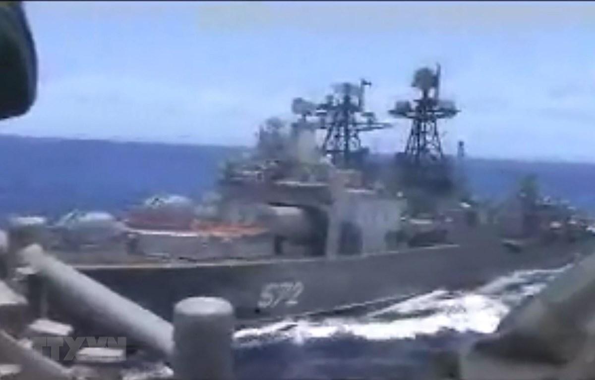 Tàu ngầm Admiral Vinogradov (572) của Nga di chuyển gần tàu Chancellorsville của Mỹ. Ảnh tư liệu. (Nguồn: AFP/TTXVN)