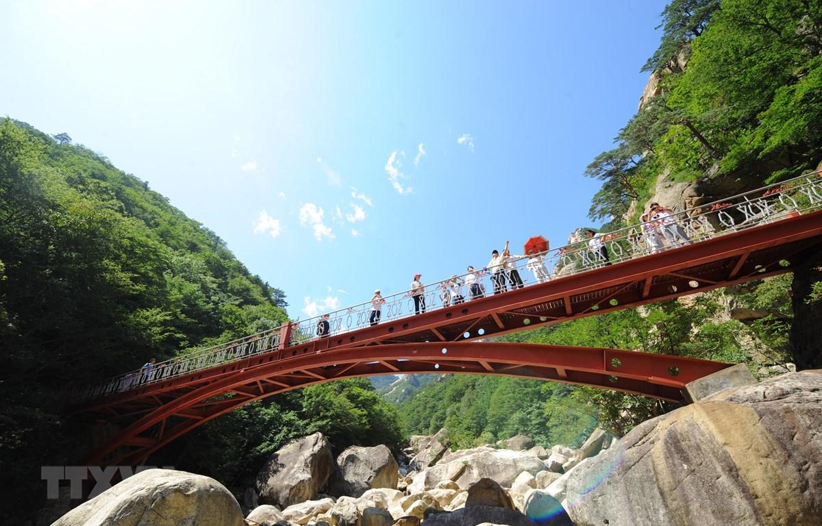 Khách du lịch tham quan núi Kumgang, Triều Tiên. (Ảnh: AFP/ TTXVN)