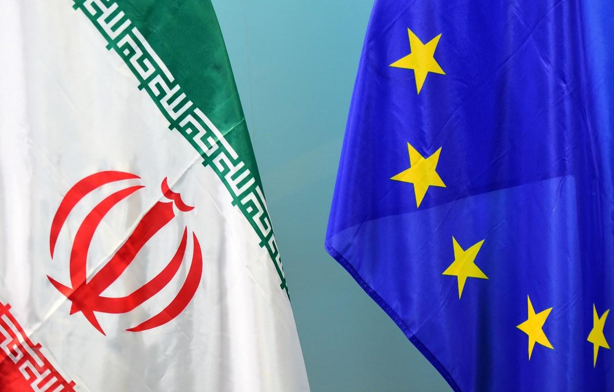 Quốc kỳ Iran (trái) và cờ Liên minh châu Âu (EU). (Ảnh: AFP/TTXVN)