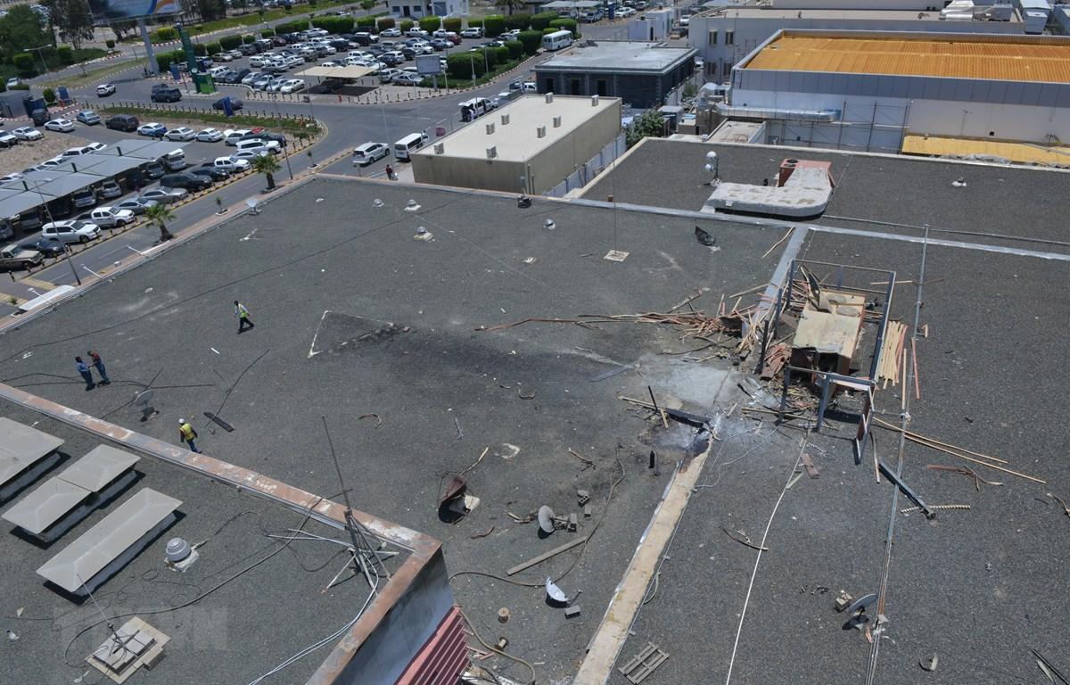 Cảnh đổ nát tại sân bay Abha, tây nam Saudi Arabia sau vụ phiến quân Houthi bắn tên lửa vào sân bay này ngày 13/6. (Ảnh: AFP/TTXVN)