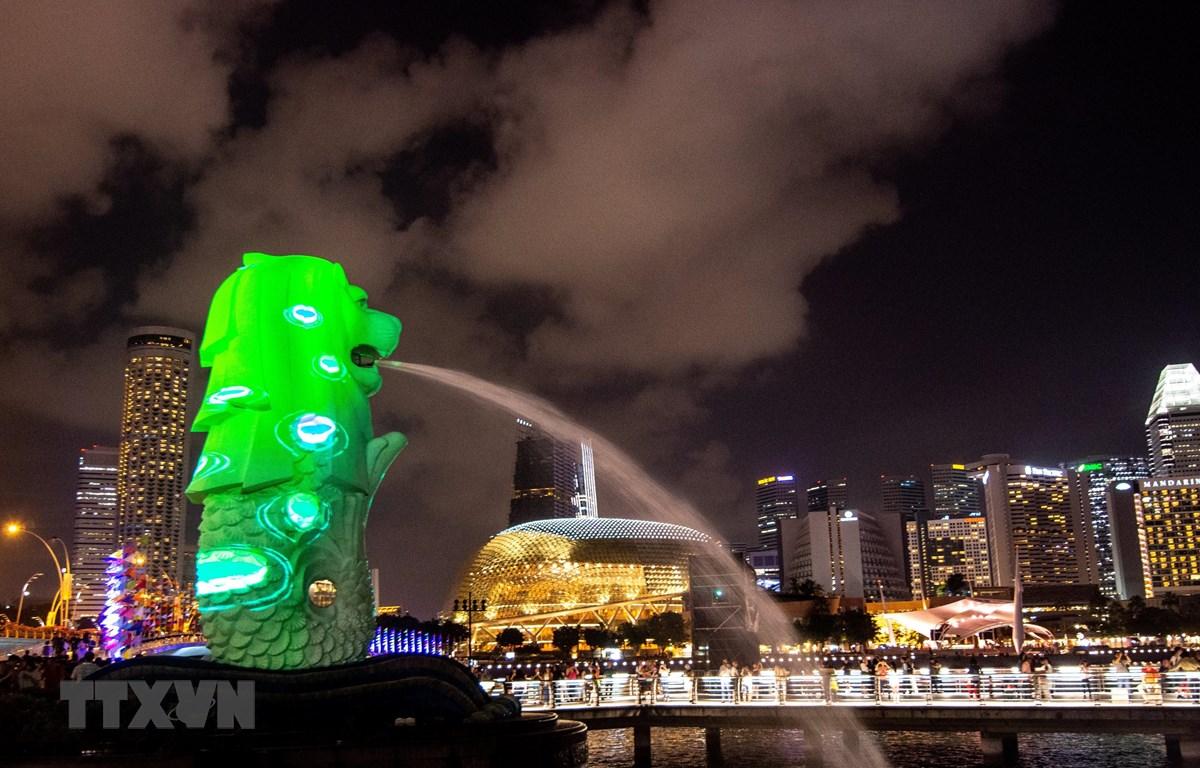 Quang cảnh buổi tối tại công viên Merlion ở Singapore. (Ảnh: AFP/TTXVN)