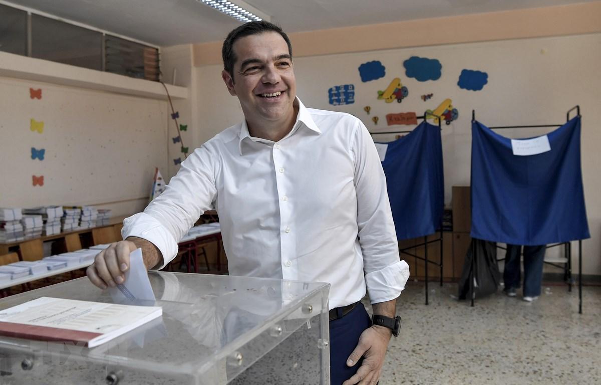 Thủ tướng Hy Lạp Alexis Tsipras bỏ phiếu tại điểm bầu cử ở Athens ngày 7/7/2019. (Ảnh: AFP/TTXVN)