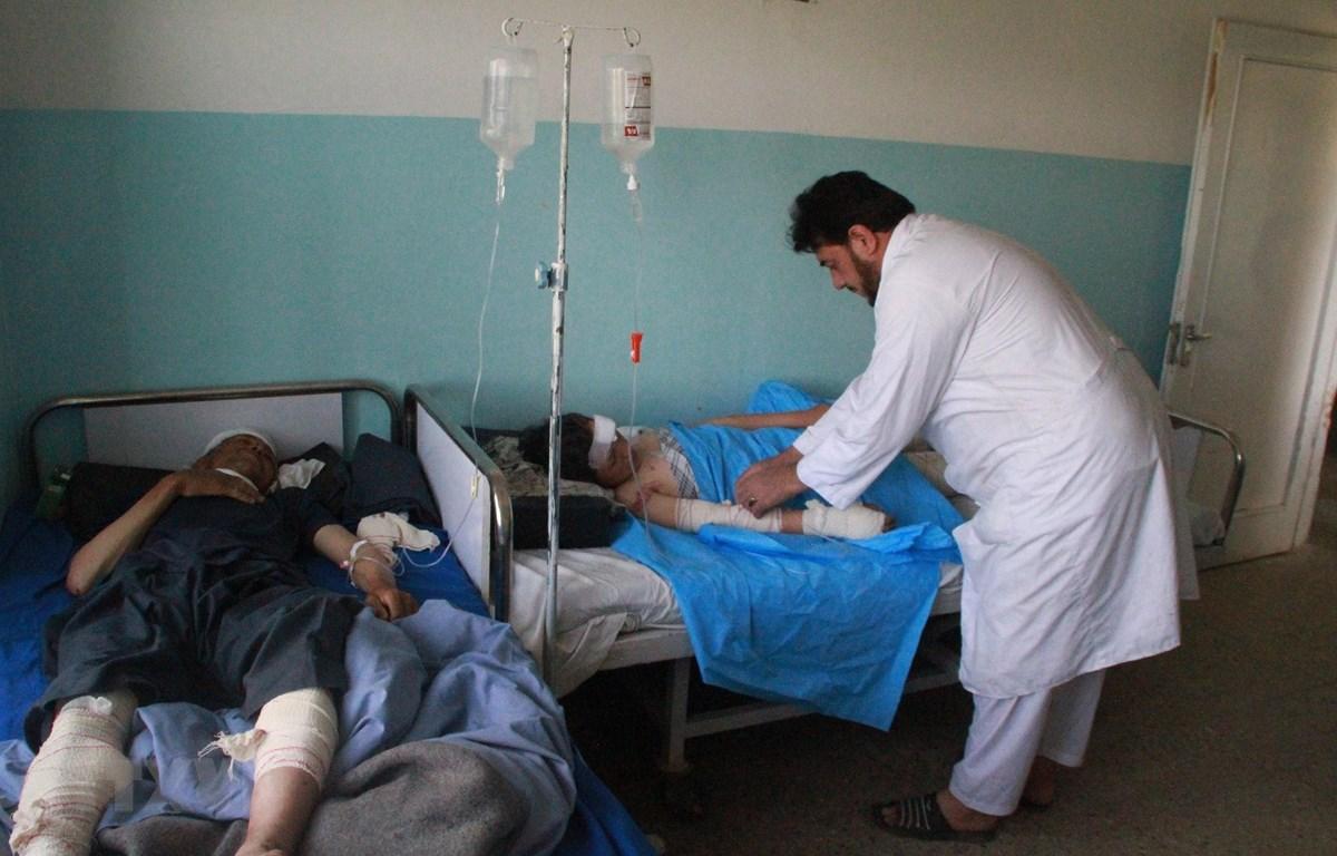 Điều trị cho nạn nhân bị thương sau vụ tấn công ở Ghazni, Afghanistan ngày 6/7/2019. (Ảnh: THX/TTXVN)