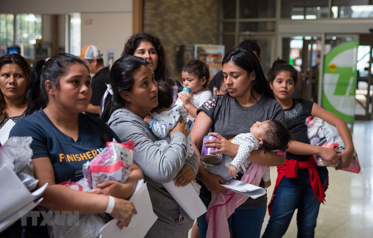 Người nhập cư sau khi được thả khỏi một trung tâm giam giữ tại McAllen, bang Texas, Mỹ ngày 17/6/2018. (Ảnh: AFP/TTXVN)