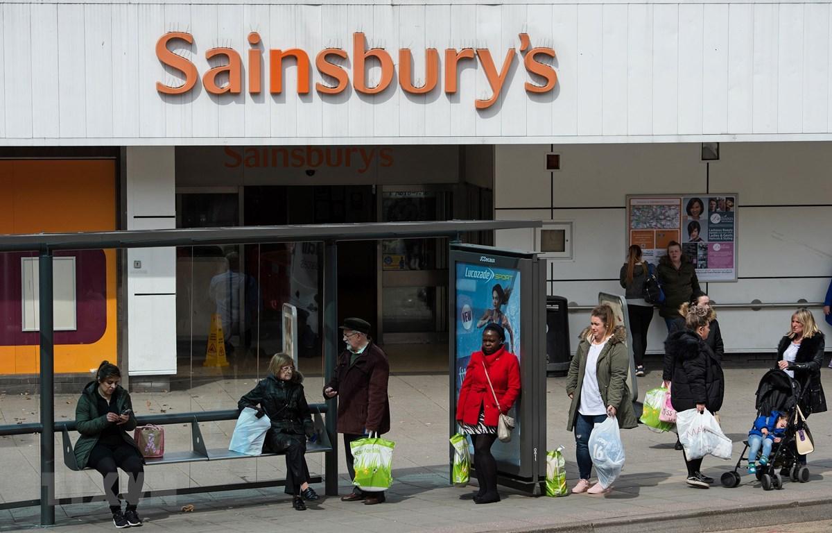 Người dân mua sắm tại siêu thị Sainsbury ở Stockport, Anh. (Ảnh: AFP/TTXVN)