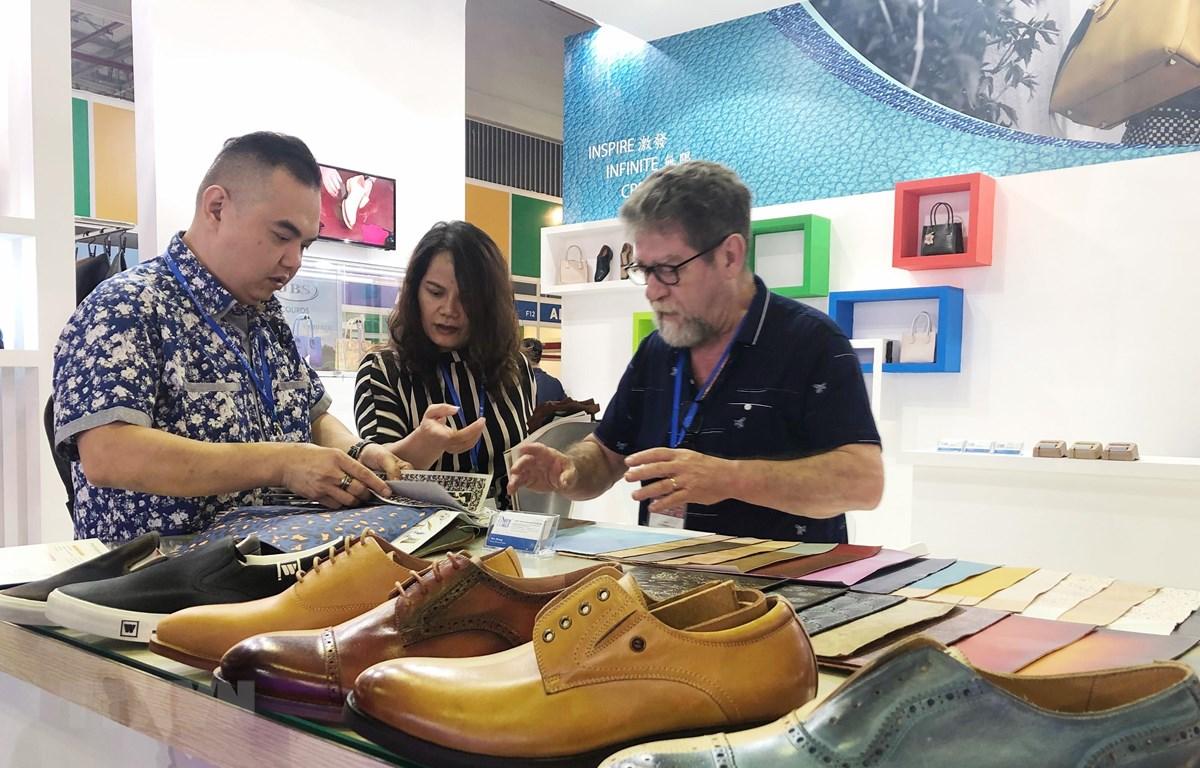 Doanh nghiệp nước ngoài giới thiệu sản phẩm Da & Giày mới tại Triển lãm. (Ảnh: Mỹ Phương/TTXVN)