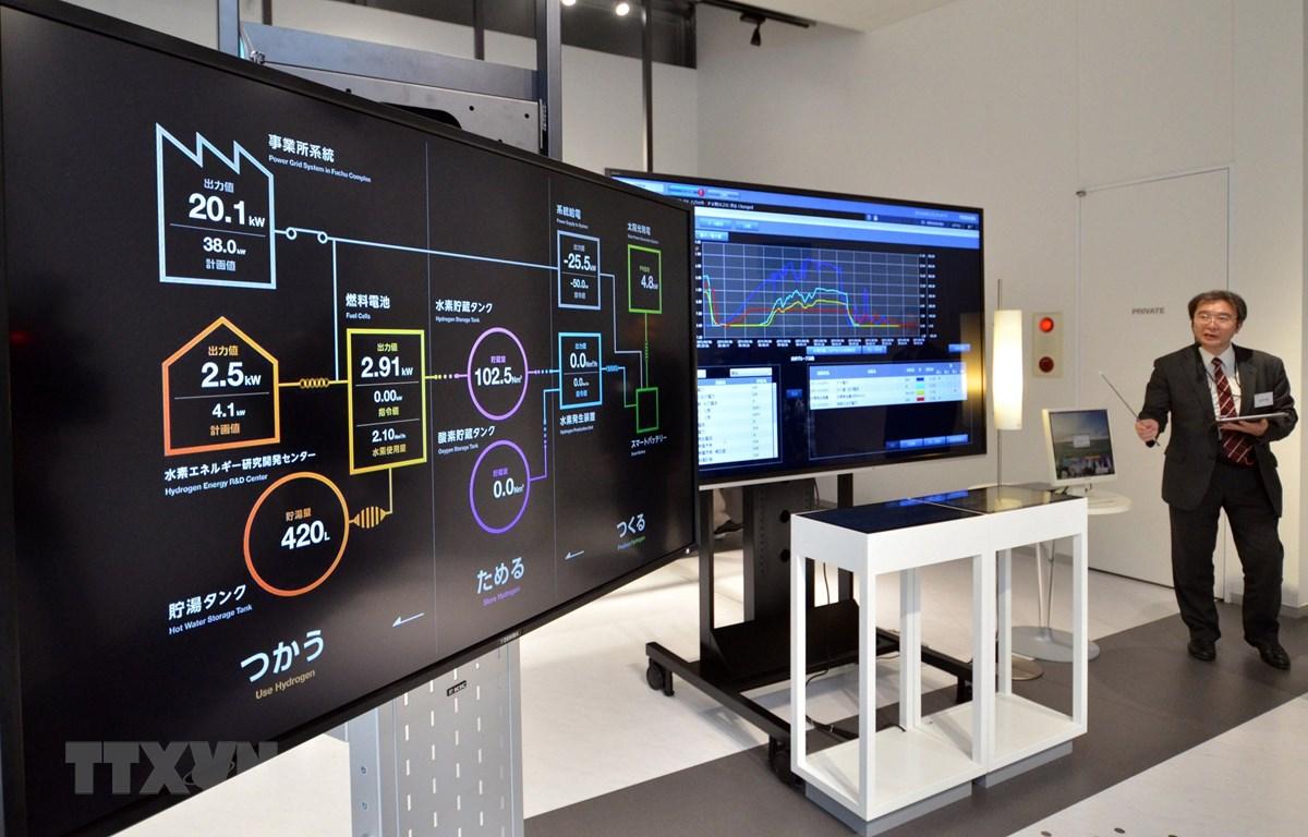 Hệ thống panel kiểm soát năng lượng của hãng công nghệ cao Toshiba của Nhật Bản được giới thiệu tại Trung tâm nghiên cứu và phát triển khí hydro ở Tokyo. (Ảnh: AFP/TTXVN)