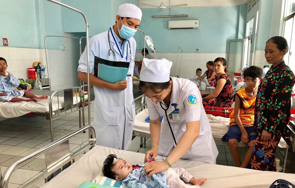 Bệnh nhi nhập viện điều trị bệnh sốt xuất huyết tại Bệnh viện Sản Nhi tỉnh An Giang. (Ảnh: Thanh Sang/TTXVN)