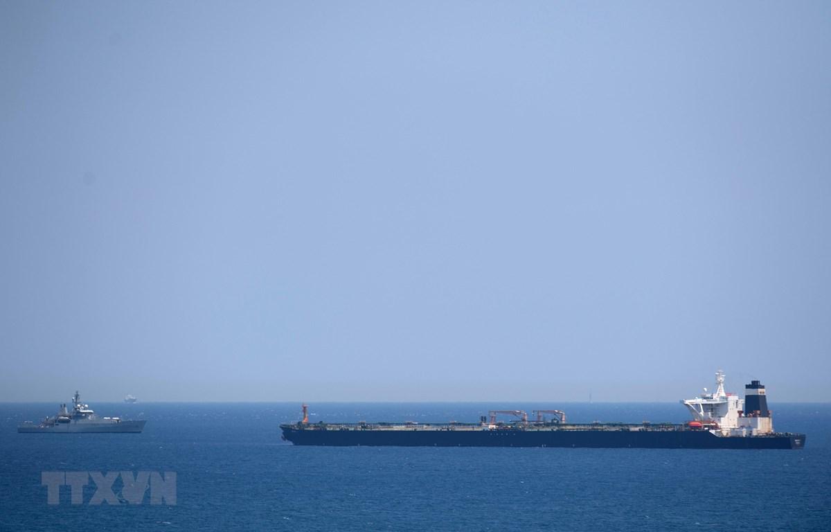 Tàu Hải quân Hoàng gia Anh tuần tra gần tàu chở dầu Grace 1 của Iran ở ngoài khơi vùng lãnh thổ Gibraltar ngày 4/7/2019. (Ảnh: AFP/TTXVN)