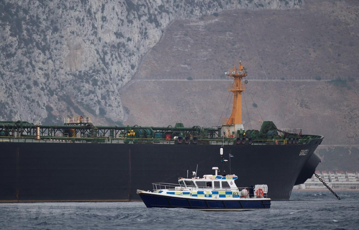 Tàu của cảnh sát Anh (phía trước) tuần tra gần tàu chở dầu Grace I của Iran ở ngoài khơi vùng lãnh thổ Gibraltar ngày 6/7/2019. (Ảnh: AFP/TTXVN)