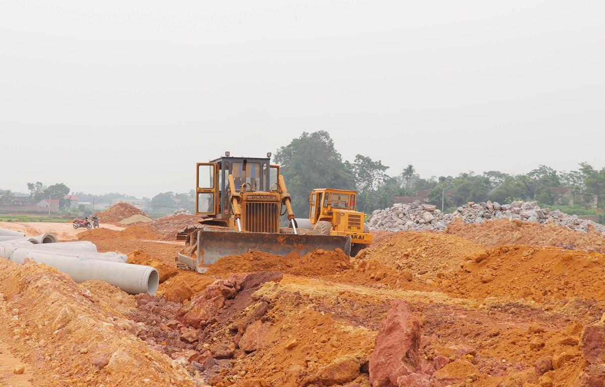 Thi công hạ tầng Khu tái định cư đường vành đai V tại xã Hà Châu, huyện Phú Bình, tỉnh Thái Nguyên. Ảnh: Hoàng Nguyên/TTXVN)