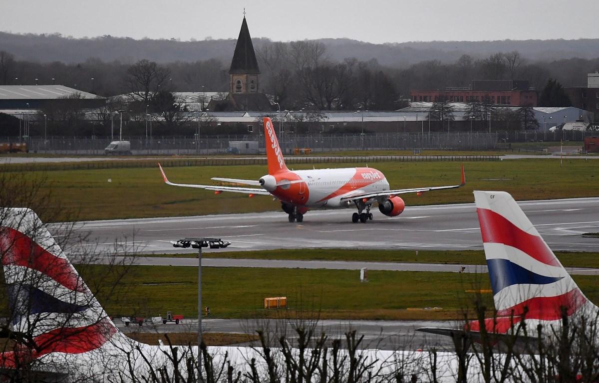 Máy bay cất cánh từ sân bay Gatwick ở phía nam thủ đô London, Anh. (Ảnh: AFP/TTXVN)