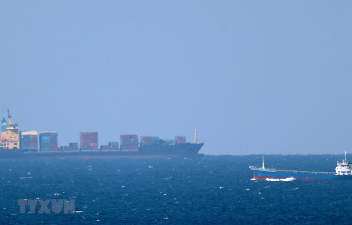 Một tàu chở dầu hướng vào eo biển Hormuz ở ngoài khơi Khasab ở Oman. (Ảnh: AFP/TTXVN)
