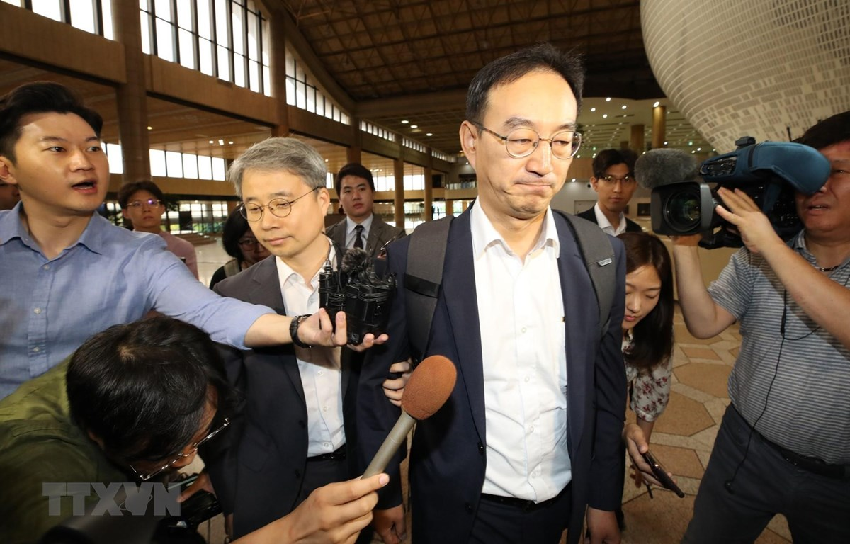 Đại diện Bộ Thương mại Hàn Quốc tại sân bay quốc tế Gimpo ở Seoul tới Nhật Bản để đàm phán về bất đồng thương mại. (Ảnh: YONHAP/TTXVN)
