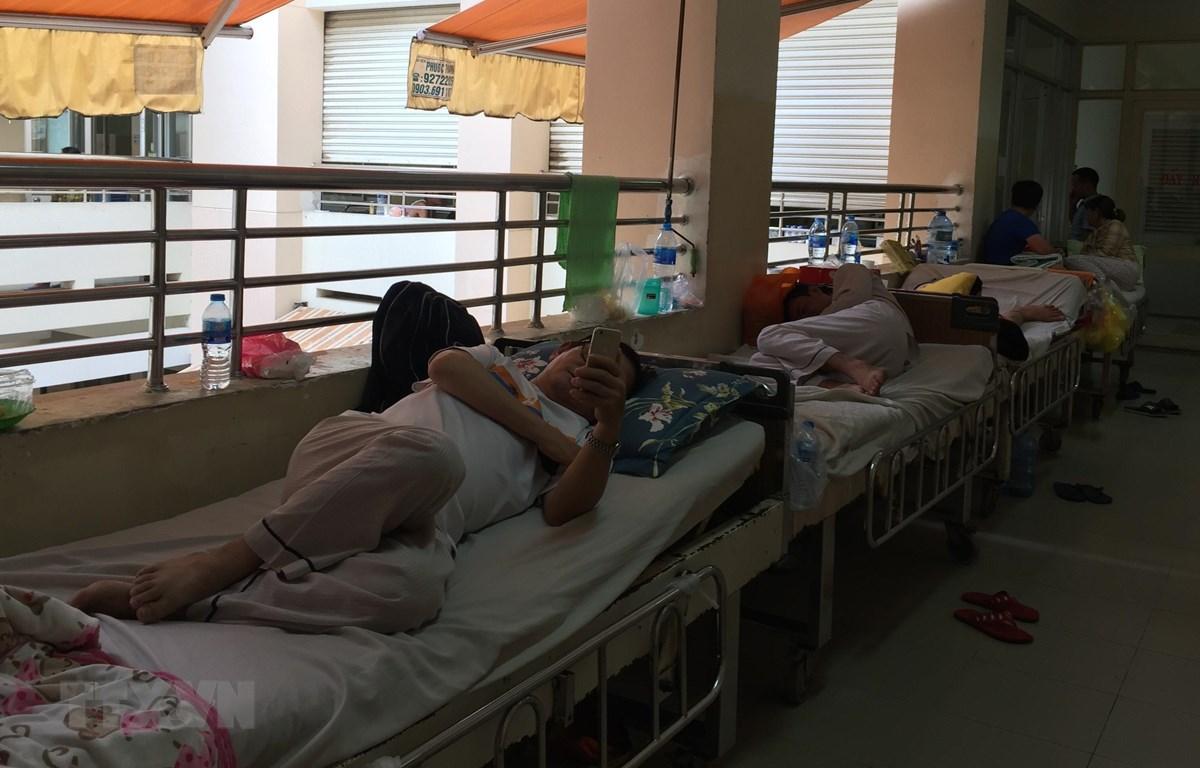 Nhiều bệnh nhân mắc sốt xuất huyết phải nằm hành lang tại Bệnh viện Bệnh Nhiệt đới Thành phố Hồ Chí Minh do thiếu phòng điều trị nội trú. (Ảnh: Đinh Hằng/TTXVN)