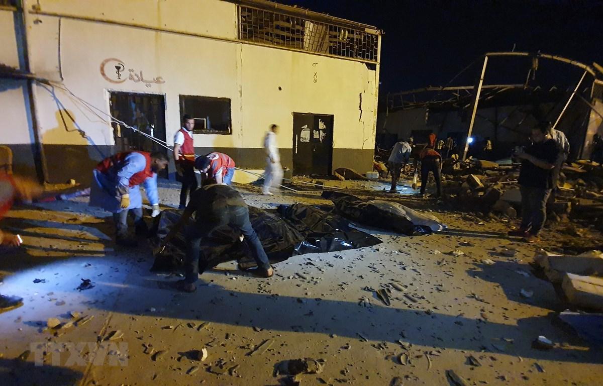 Chuyển thi thể nạn nhân tại hiện trường vụ không kích trúng vào trại tạm giữ người di cư Tajoura, ngoại ô Tripoli, Libya, ngày 3/7/2019. (Ảnh: AFP/TTXVN)
