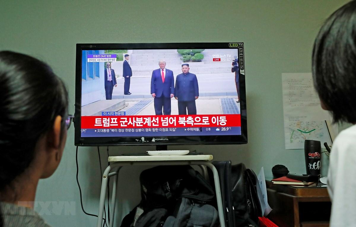 Người dân Hàn Quốc theo dõi hình ảnh cuộc gặp giữa Tổng thống Mỹ Donald Trump và nhà lãnh đạo Triều Tiên Kim Jong-un tại làng đình chiến Panmunjom ngày 30/6/2019. (Ảnh: THX/TTXVN)