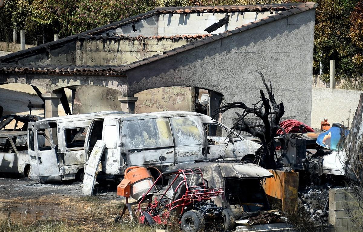 Ôtô bị thiêu rụi trong vụ cháy rừng do thời tiết nắng nóng tại Saint Gilles, miền nam nước Pháp, ngày 29/6/2019. (Ảnh: AFP/TTXVN)