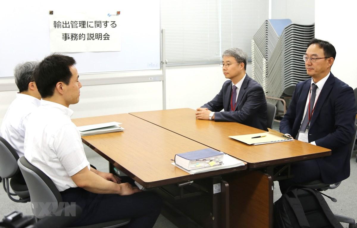Quan chức cấp cao Bộ Thương mại Hàn Quốc (phải) trong cuộc đàm phán cấp chuyên viên với những người đồng nhiệm Nhật Bản về việc Tokyo siết chặt quy chế xuất khẩu nguyên liệu công nghệ cao. (Ảnh: YONHAP/TTXVN)