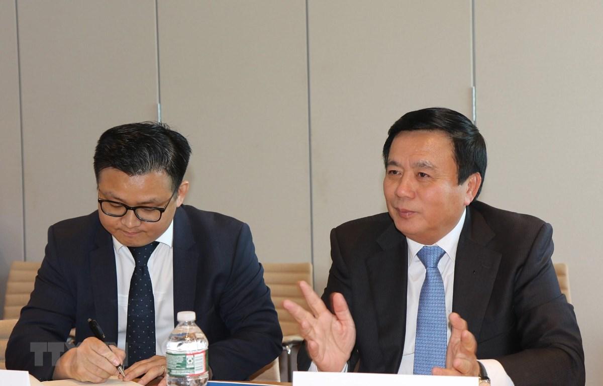 Ông Nguyễn Xuân Thắng (phải) trao đổi với các lãnh đạo, học giả của Đại học Havard. (Ảnh: Hoài Thành/TTXVN)