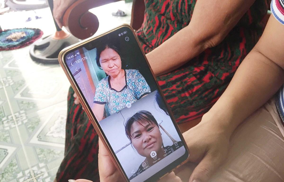 Gia đình Bà Liên và chị Lan tìm được nhau thông qua mạng xã hội. (Ảnh: Nguyễn Oanh/TTXVN)
