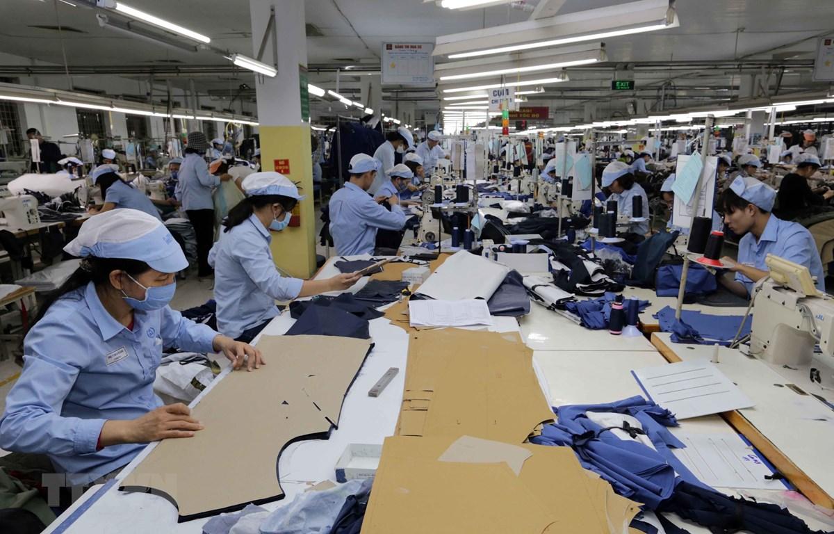 May hàng xuất khẩu tại Công ty TNHH may Đức Giang, Long Biên, Hà Nội. (Ảnh: Trần Việt/TTXVN)