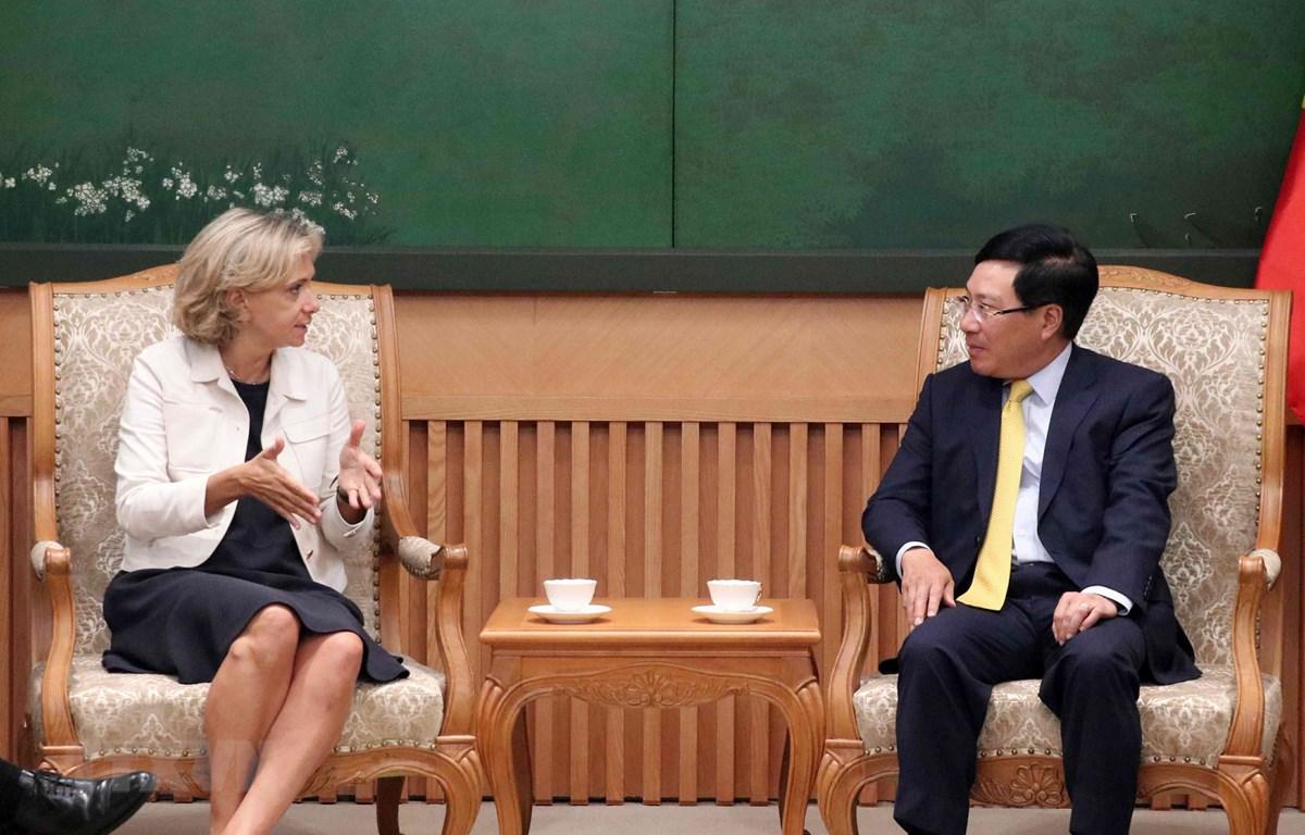 Phó Thủ tướng, Bộ trưởng Bộ Ngoại giao Phạm Bình Minh tiếp Chủ tịch Hội đồng vùng Ile-de-France. (Ảnh: Văn Điệp/TTXVN)