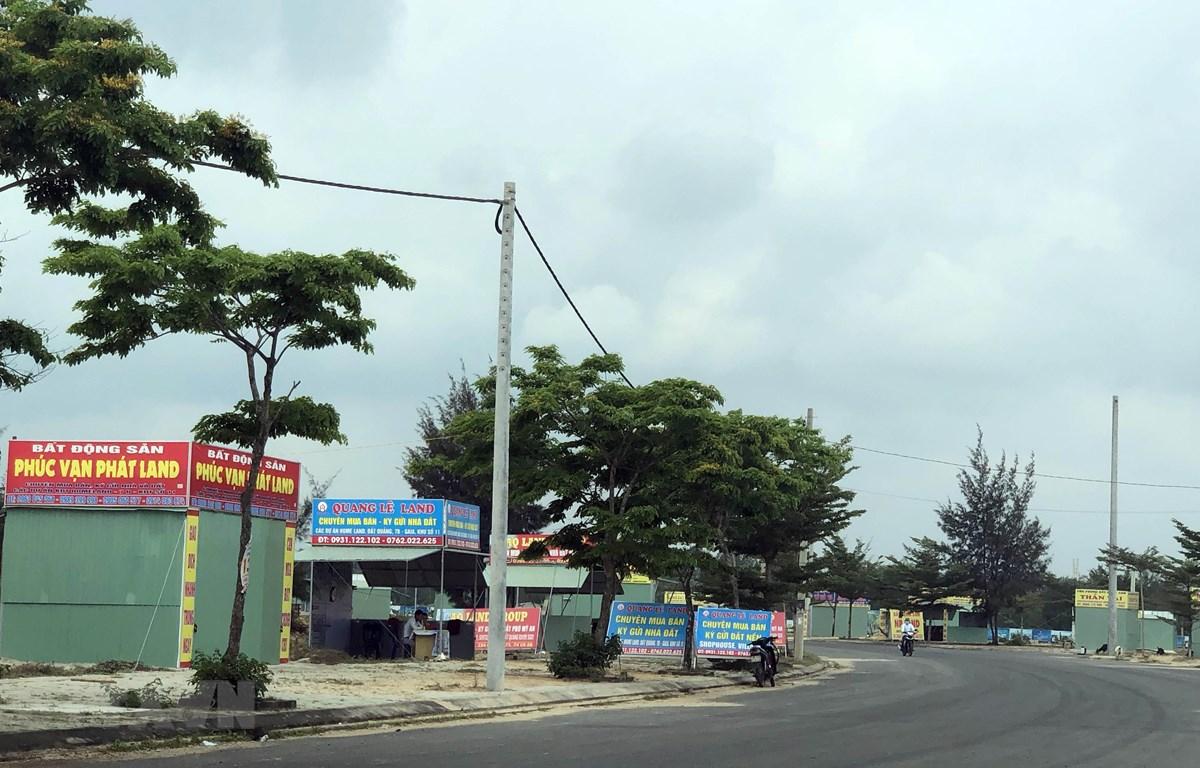 Tràn lan các kiốt chào bán đất của dự án khu đô thi 7B của Công ty Bách Đạt An. (Ảnh: Trần Tĩnh/TTXVN)