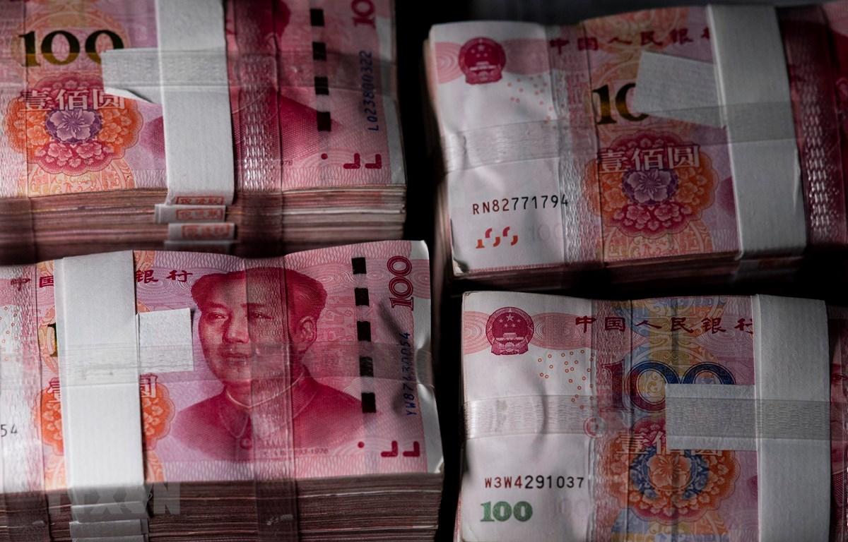 Đồng tiền mệnh giá 100 nhân dân tệ của Trung Quốc tại thành phố Thượng Hải. (Ảnh: AFP/TTXVN)